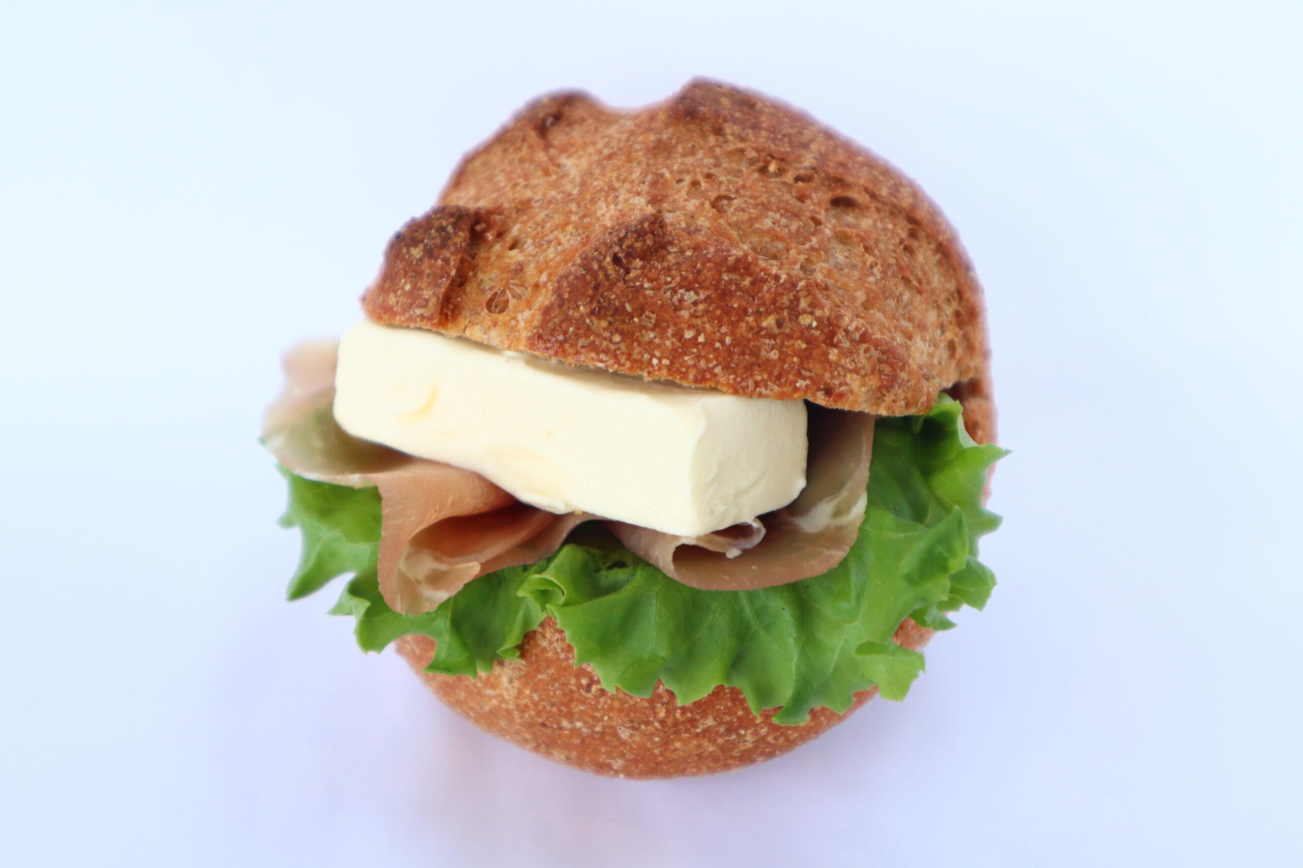 全粒粉の生ハムとクリームチーズ